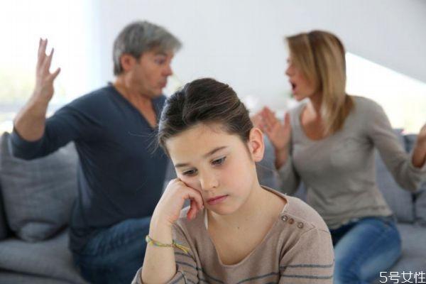 夫妻吵架对小孩子伤害有多大呢 夫妻老吵架怎么办呢