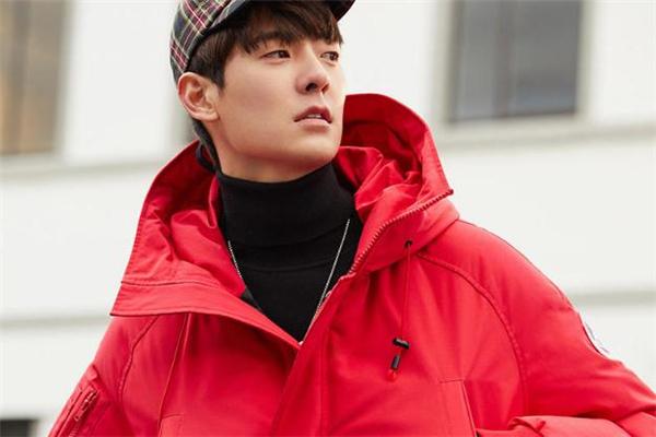男生怎么穿红色不显娘 男生红色衣服穿搭指南