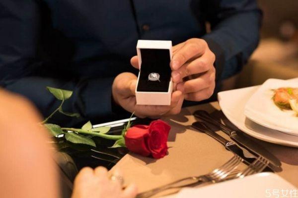 求婚戒指买多少价位的比较好 求婚戒指推荐
