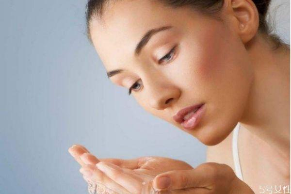 夏天皮肤油是怎么回事 油性皮肤改善方法