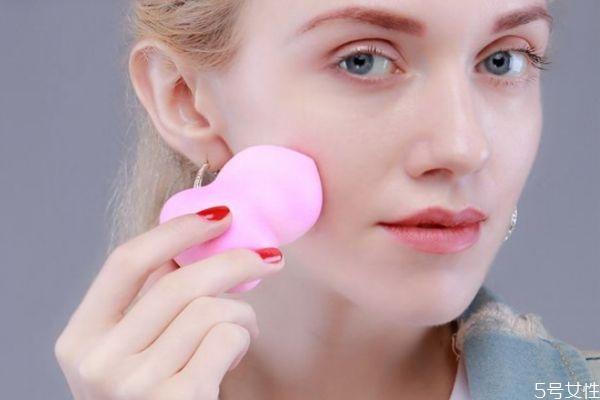 年会主持人妆容眼妆 年会主持人必备的整体造型