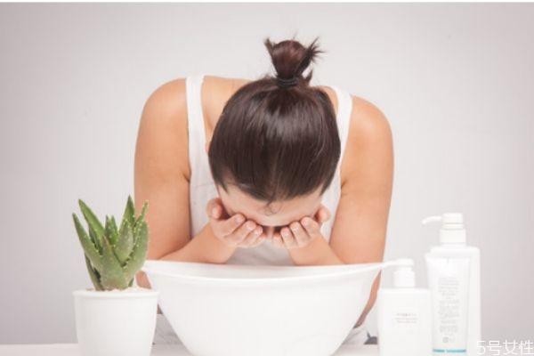 热水洗脸毛孔会变大吗 热水洗脸和冷水洗脸的区别