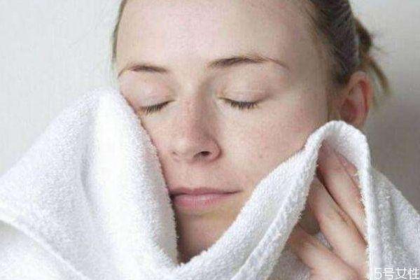 冷水洗脸能防止皱纹吗 冷水洗脸有什么好处呢