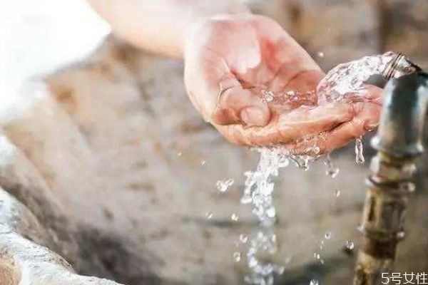 冷水洗脸会不会长痘痘 这个锅冷水不背