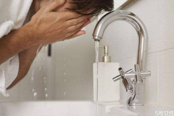 敷面膜后用冷水洗脸还是热水洗脸 敷完面膜后要不要洗脸