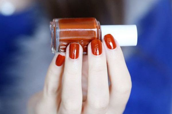 秋冬涂什么颜色的指甲显手白 2020美甲流行色趋势