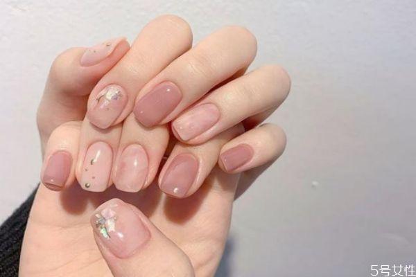 裸色指甲油显手白吗 裸色和裸粉色指甲油哪个显手白