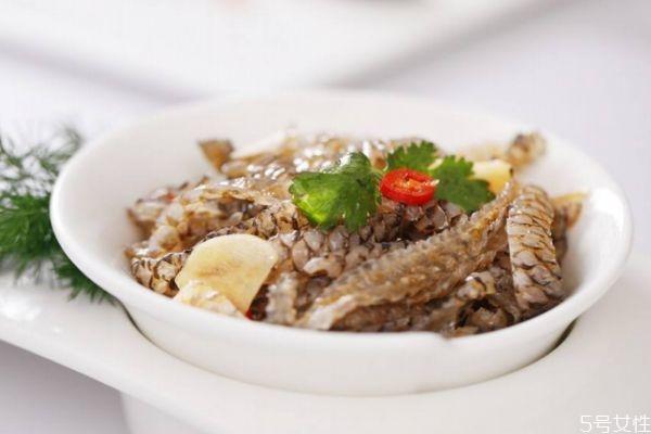 吃鱼皮有什么注意的呢 什么人不能吃鱼皮呢