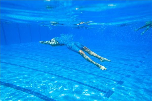 游泳耳朵进水怎么办呢图片