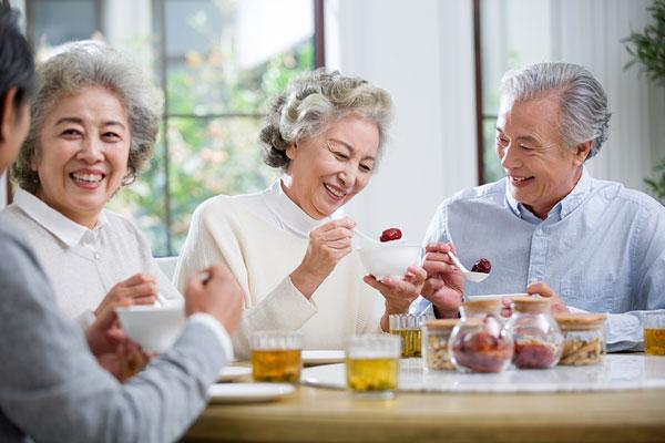 老人在吃饭时噎住了怎么办 老人吃饭要注意什么