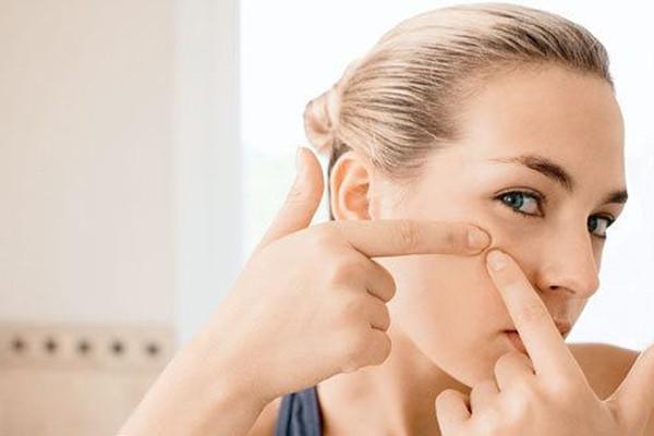 闭口粉刺和痘痘的区别 正确去除粉刺痘痘的方法