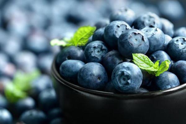 蓝莓外面的白霜是什么 蓝莓吃皮要注意什么