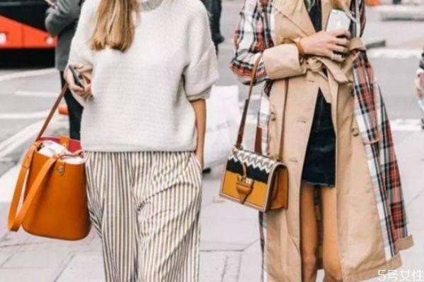 棕色包包搭配什么颜色衣服好看 棕色包包搭配方法
