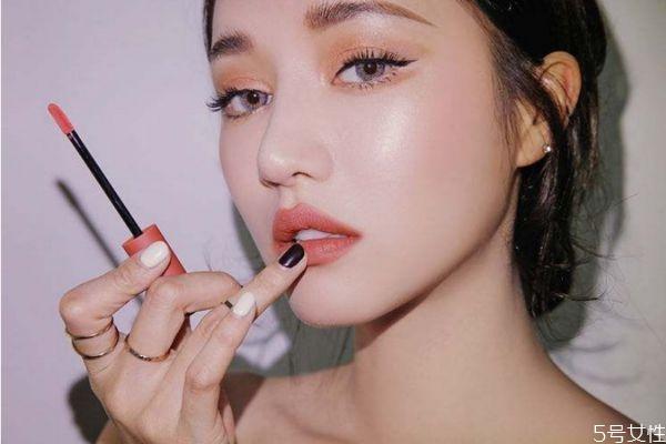 新手适合口红还是唇釉 初学者唇釉和口红哪个好