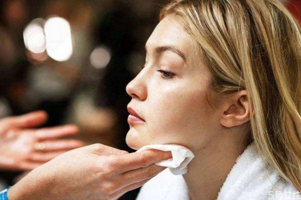 没有卸妆棉用什么代替 可以直接用手涂卸妆水吗