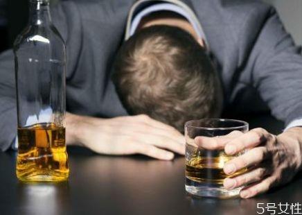 什么是酒精中毒 酒精中毒的症状有什么