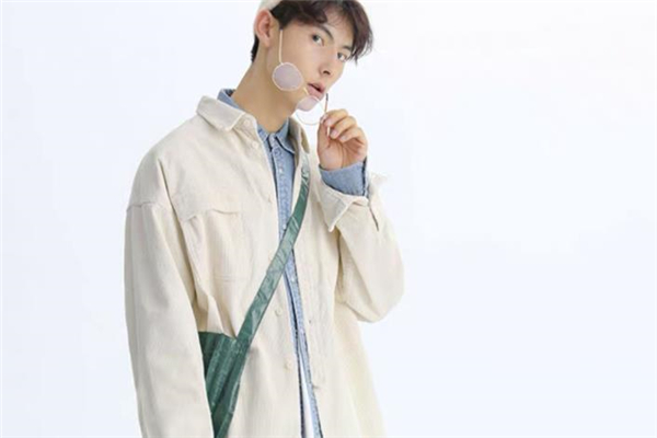 男生纯色衬衫怎么搭配 男生纯色衬衫搭配图片
