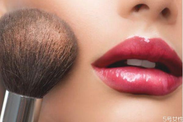 化妆脸上搓泥是怎么回事 为什么化妆会搓泥