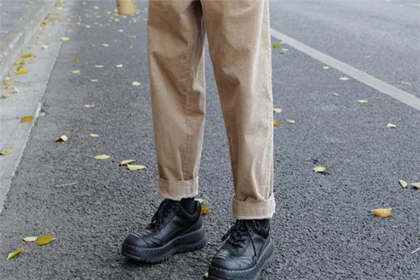 灯芯绒裤子什么颜色好看 灯芯绒裤子流行什么颜色