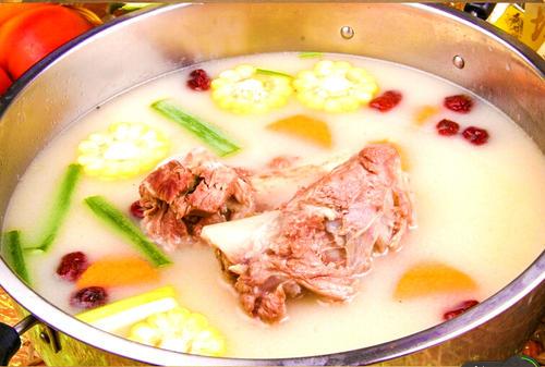 牛骨汤怎么熬成白色 牛骨放什么熬好吃