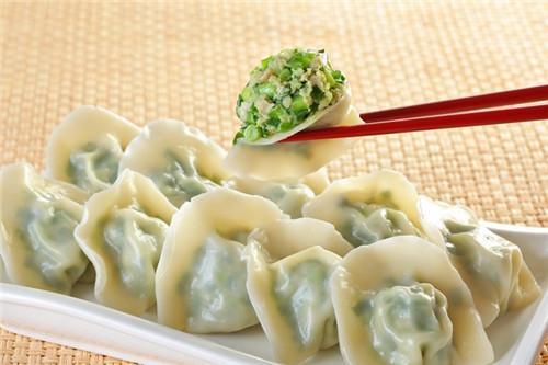 吃韭菜饺子肚子胀气的原因 什么人吃韭菜饺子会胀气
