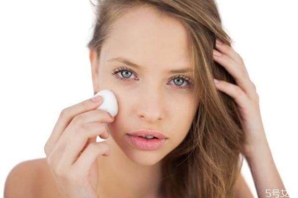 皮肤干燥掉皮屑怎么办 皮肤干燥掉皮是什么原因