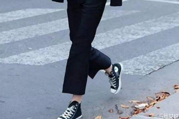全身黑配什么颜色鞋子 女生穿一身黑配什么鞋