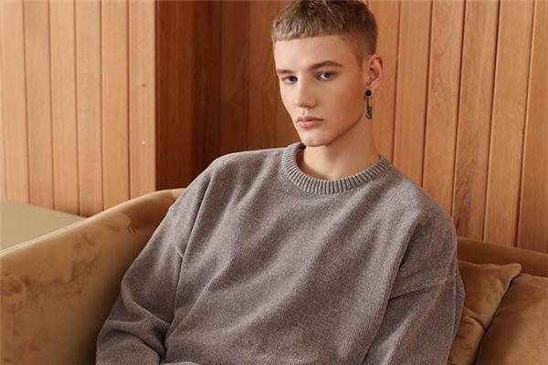 男生穿什么颜色圆领毛衣好看 圆领毛衣什么颜色百搭
