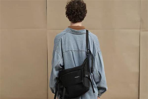 工装包搭配什么衣服好看 工装斜挎包搭配图片