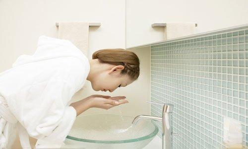 洗脸后不用毛巾擦干好吗 白天什么时候敷面膜好