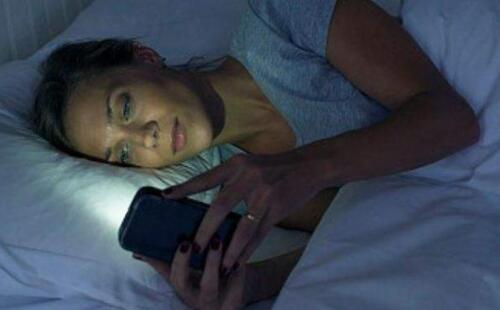 手机关机了能放床头吗 手机关机了还有辐射吗
