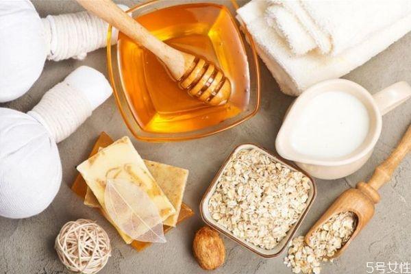 纯牛奶和蜂蜜做面膜有什么功效 牛奶蜂蜜面膜的功效