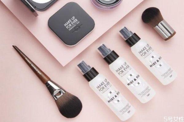 用定妆喷雾还用散粉么 定妆喷雾和散粉的上妆步骤