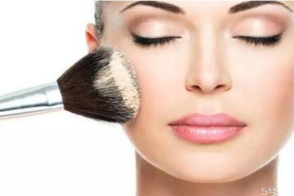 擦完粉底液脸上起皮怎么办 让粉底服帖的小技巧