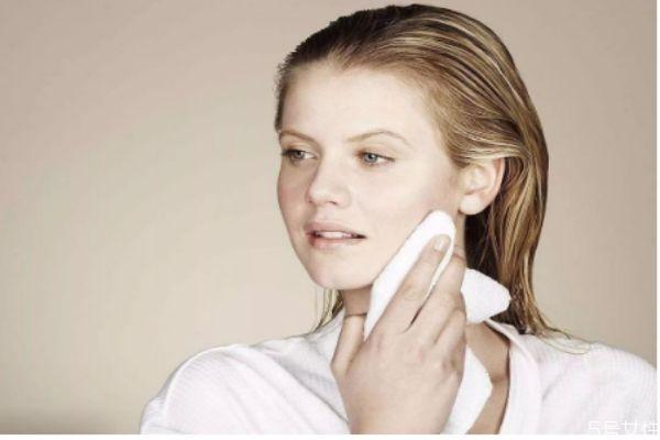 涂完水乳黏黏的正常吗 涂乳液脸上粘粘的怎么办
