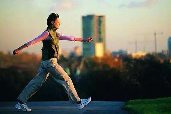 快走和慢跑有什么区别呢 快走的好处有什么呢