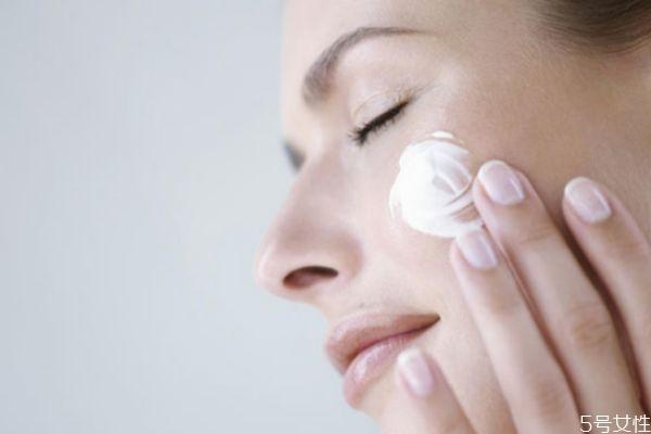 脸上擦完乳液敷保鲜膜可以吗 涂了护肤乳后裹保鲜膜好吗