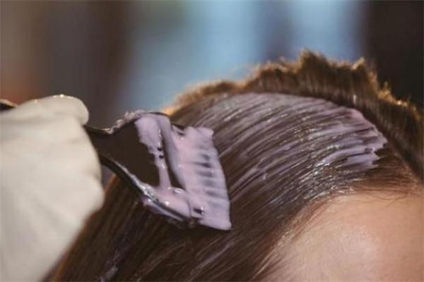 一次性染发剂怎么使用 一次性染发剂要洗头吗