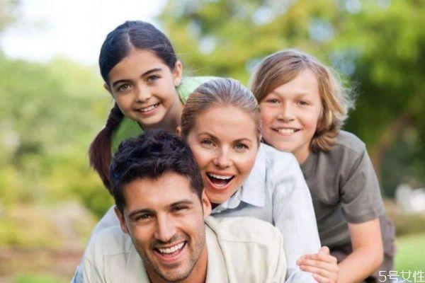父母应该怎么和孩子沟通 家庭中父母如何以身作则