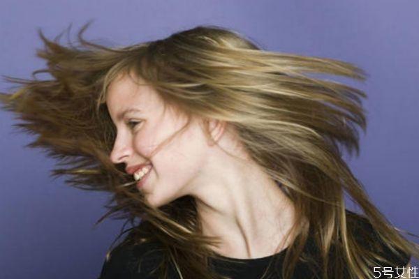 头发太塌怎么办 发量稀少或者扁塌适合什么发型 头发弄蓬松小窍门