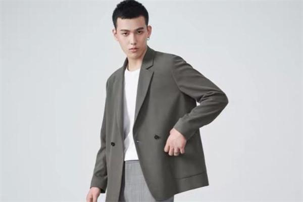 西装怎么穿比较休闲 西装外套混搭穿法