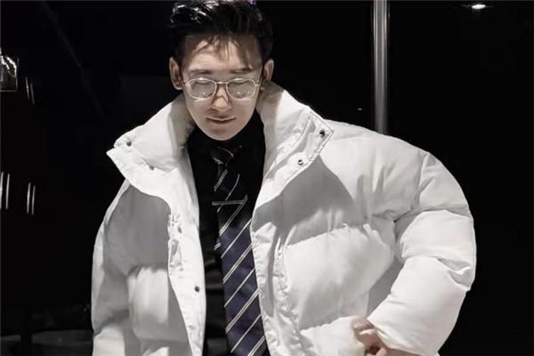 男生白色羽绒服怎么搭配 白色羽绒服里面穿什么好看