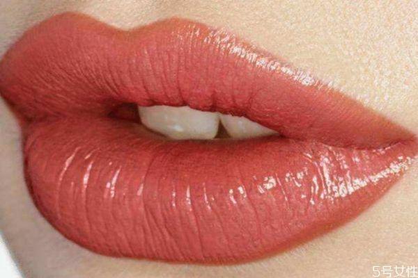 女生涂口红接吻不尴尬吗 女生涂口红接吻怎么办