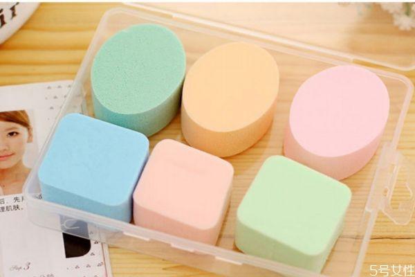 清洗海绵粉扑的方法 清洗海绵粉扑的小技巧