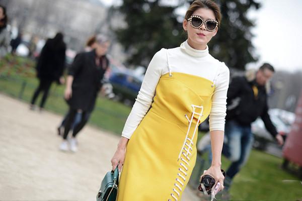 吊带裙怎么叠穿 吊带裙叠穿的方法