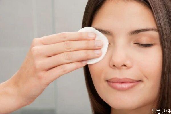 怎样判断防晒霜卸没卸干净 防晒霜可以用清水洗掉吗