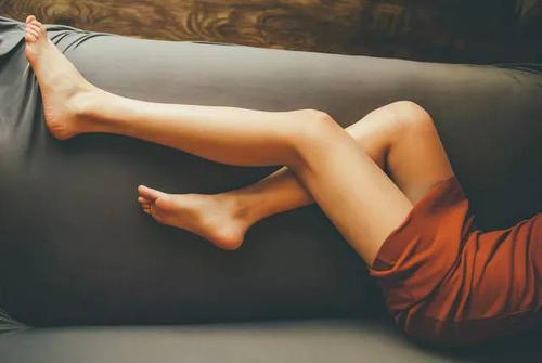 女人腿毛旺盛的原因 女人腿毛为什么会那么多