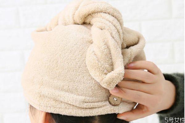 洗完头发怎么用毛巾包起来 洗完头毛巾包头的方法
