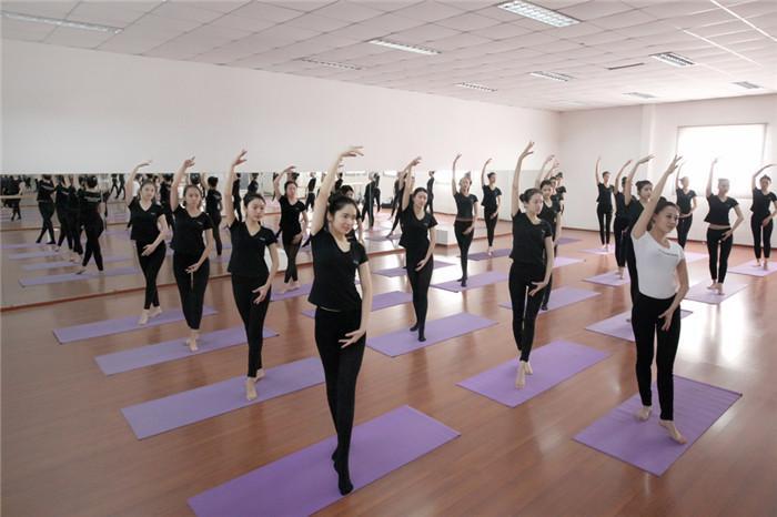 形体训练的基本动作有哪些 形体训练的方法有哪些