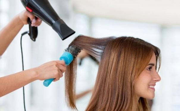 头发怎么吹比较蓬松 头发吹蓬松的技巧